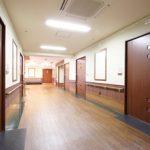 北町 廊下 ユニットごとに床材、壁紙、洗面台、建具等を変え、それぞれ違った空間を演出しています。