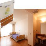 """ショートステイ居室 ショートステイの居室にも表札を設置。短期間でも""""わが家""""の雰囲気を演出しています。またベッドは横幅 100cmで床ずれ防止マットを使用しています。"""